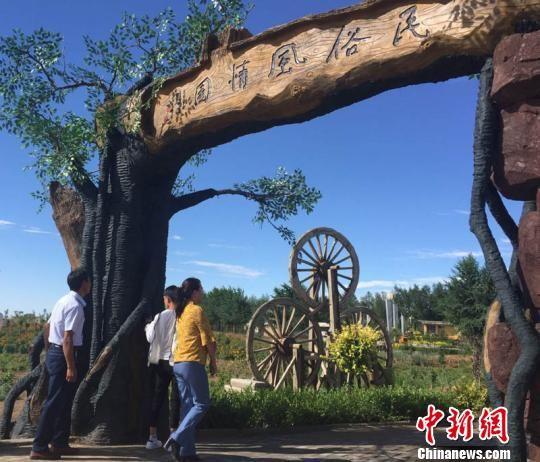 """金水源""""丝路驿站""""沙漠绿色景区成为当地多个乡镇中最有特色绿色景区,吸引着周边民众前来观赏游玩。 侯志雄 摄"""