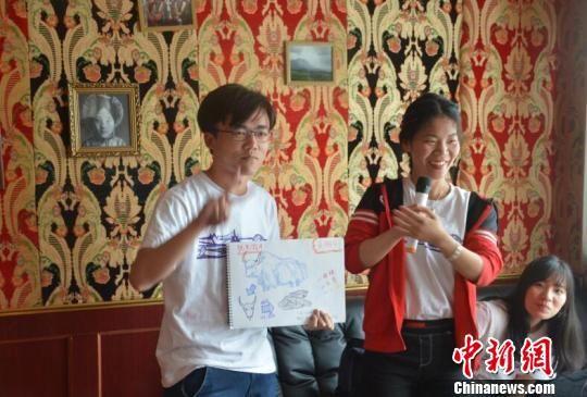 图为香港内地青年通过纸笔展示此行中的所观所感。 余洋 摄