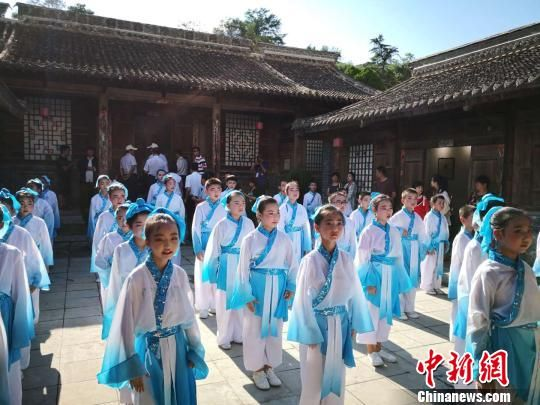 8月10日夜至17日,西和县境内举行七天八夜的乞巧活动。 钟欣 摄
