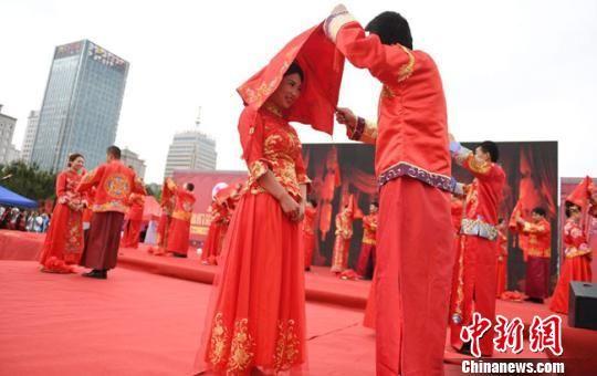 图为集体婚礼现场,青年男女以自觉抵制高价彩礼的实际行动倡导喜事新办的社会新风尚。 杨艳敏 摄