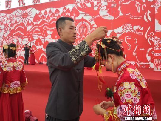 图为新人互赠香包。佩戴香包在陇东地区具有悠久的历史,青年男女借此传情示爱。 刘玉桃 摄