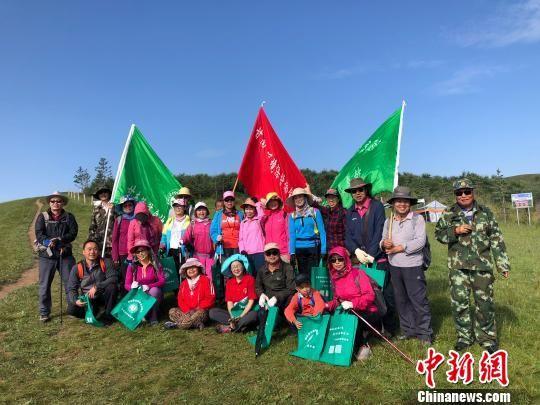 图为来自甘南藏族自治州环境保护协会的志愿者。 徐雪 摄