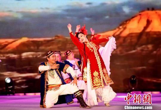 广场舞爱好者表演维吾尔族舞蹈经典动作。 李彬 摄