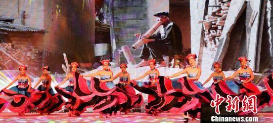 广场舞爱好者身穿彝族民族服饰,表演彝族风格广场舞。 朱蕊 摄