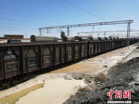 截至8月21日9时,受兰新线、兰青线水害影响,中国铁路2018注册送白菜网站局集团有限公司近100列客货列车出现不同程度晚点。 杞民 摄