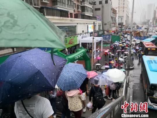 """9月1日,兰州市主城区出现持续强降水,正值周末的户外变成""""伞的世界""""。 冯志军 摄"""