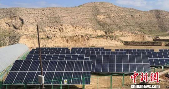 图为甘肃兰州市永登县高湾村太阳能光伏脱贫项目。(资料图) 杜萍 摄