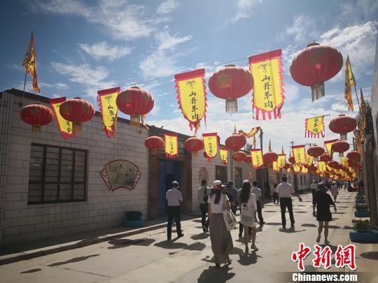 """图为山丹县打造的""""羊肉美食村""""。 魏建军 摄"""