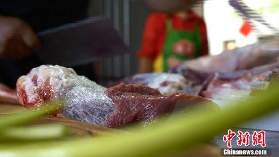 图为鲜切的山丹羊肉。 魏建军 摄
