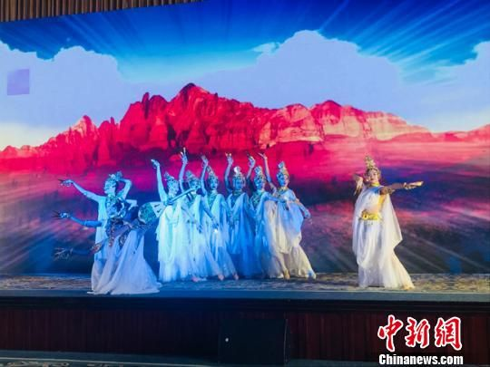 图为发布会上的舞蹈表演《千手观音》。 杨娜 摄