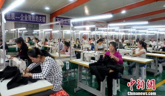 图为甘肃天水市清水县满天星雨服饰有限公司扶贫就业车间正式生产。 郑涛 摄