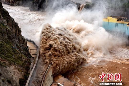 图为刘家峡水电厂开闸泄洪。(资料图) 侯齐 摄