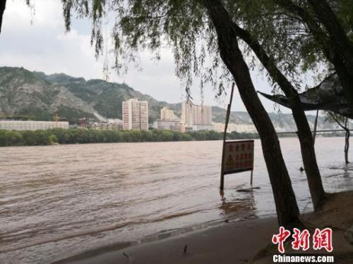 图为2018年8月底,黄河兰州段因河水上涨而竖起警戒标识。(资料图) 冯志军 摄