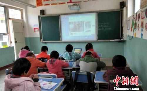 """图为临洮农村小学""""空中""""课堂现场。 钟欣 摄"""