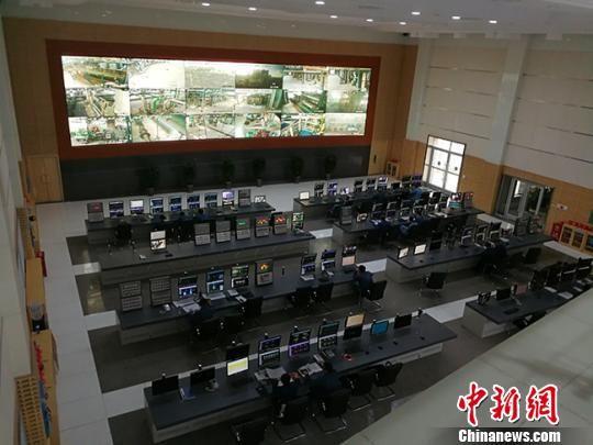 """图为中国石油庆阳石化公司的""""数字工厂""""一角。 陈功章 摄"""