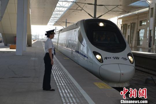 图为中国铁路兰州局集团有限公司的55501/4次动检车从甘肃嘉峪关南站驶出。 强科 摄