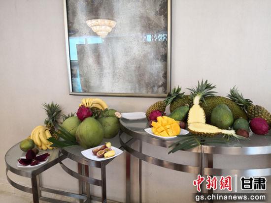 图为推介会上展示的三亚热带水果。杨娜 摄