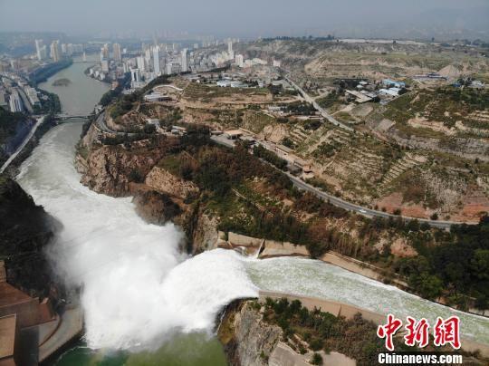 9月11日上午10时20分,刘家峡水电厂水库区水位达到1733米,较去年同期高6.14米。据最新气象卫星资料监测分析,刘家峡水库面积比历年同期偏多两成以上。图为刘家峡水库泄洪。 杨艳敏 摄