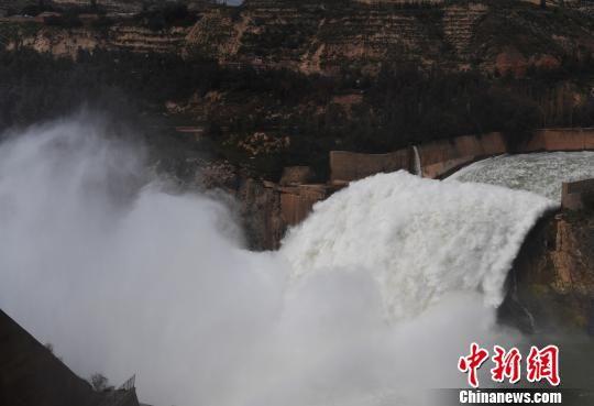 图为刘家峡水库泄洪。 杨艳敏 摄