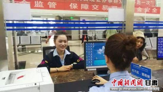 窗口工作人员解答涉税政策。