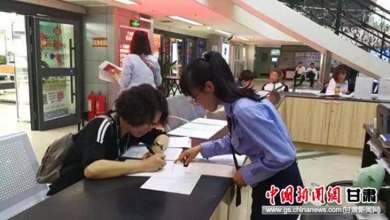 工作人员正在辅导纳税人填写申报表。