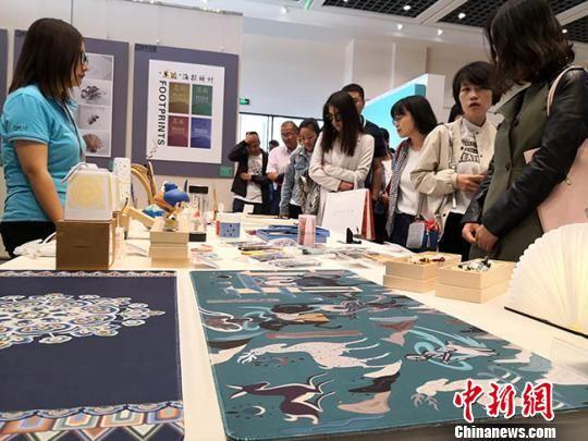 图为此次活动的文创产品展。 冯志军 摄