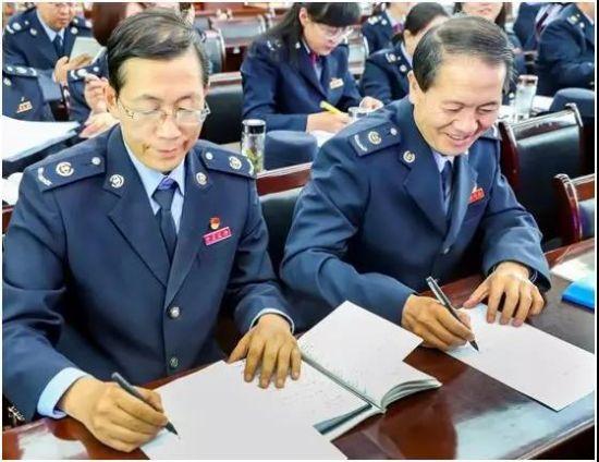 天祝县税务局党员在签订承诺书。