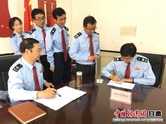 甘南州税务局机关第三党支部党员交纳党费。