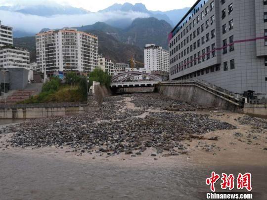 图为舟曲三眼峪、罗家峪等沟谷发生泥石流致县城河道淤泥堆积。(资料图) 钟欣 摄