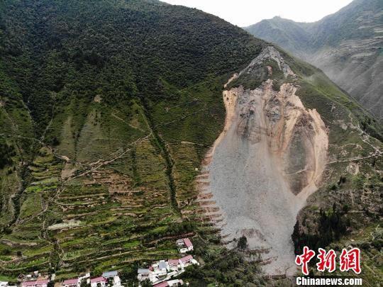 图为舟曲县憨班乡果者村发生山体滑坡,因预警及时,未有人员伤亡。 杨艳敏 摄
