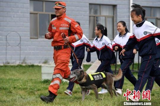 图为学生体验搜救犬救援。 南如卓玛 摄