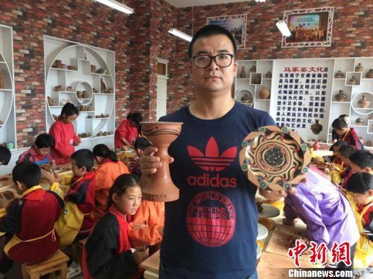 图为该校陶艺课老师蒲增贤作品展示。 张婧 摄