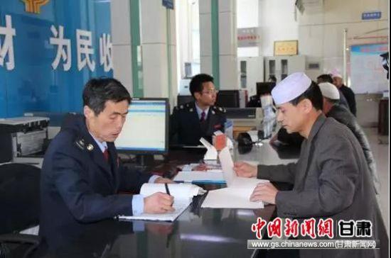 在办税厅认真工作的王兵继。