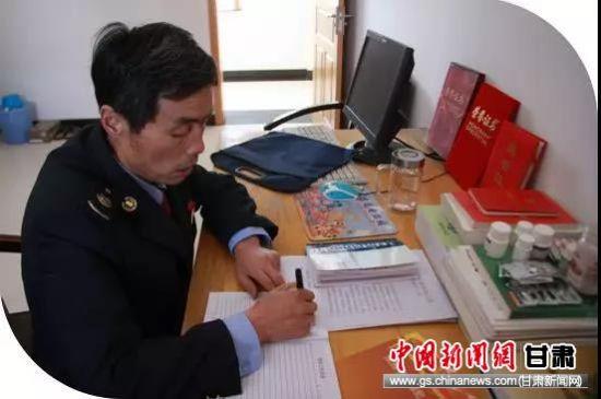 王兵继在宿舍认真记党员笔记。