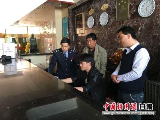 王兵继教积石山县庆胜宾馆负责人安装金税盘。