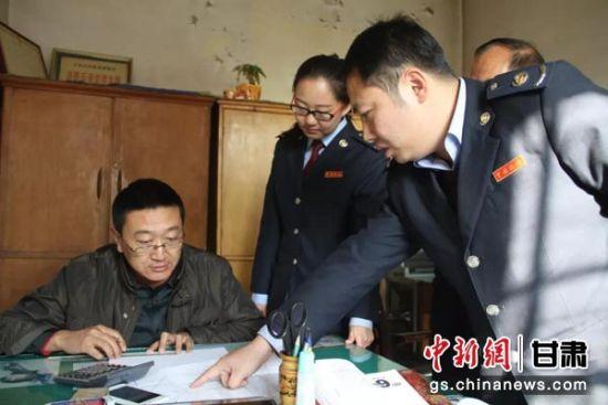 皋兰税务干部深入企业开展税务稽查。