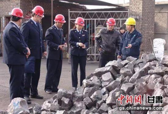 张掖市税务局干部深入重点税源企业调查取证。