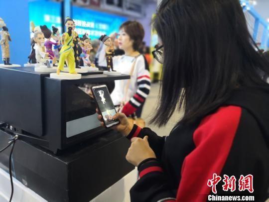 图为科博会上民众参观展出的科技产品。 杨娜 摄