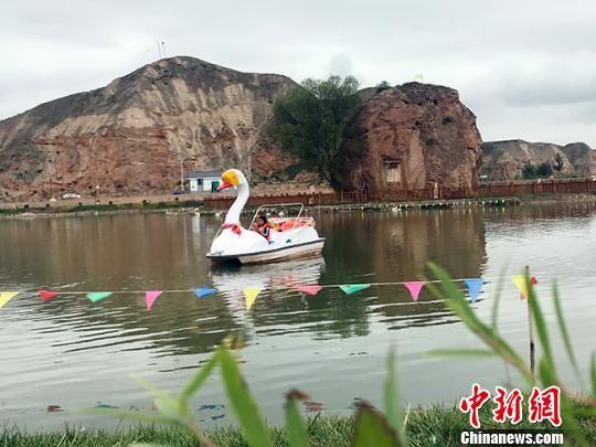 昔日盐碱地变景点,吸引游客前来观赏。图为游客在湖中划船欣赏美景。 艾庆龙 摄