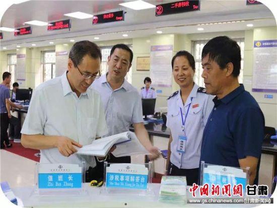 王栋在临夏市税务局办税服务厅调研。