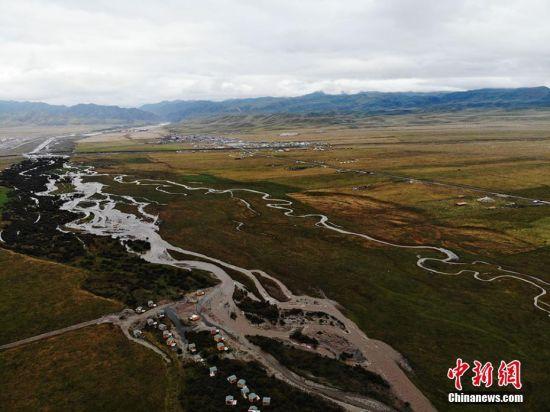 这里人口少面积大,仅有4000多牧民,草原却辽阔无际,是一处极为宝贵的自然旅游景区。 杨艳敏 摄