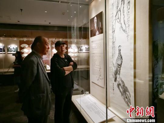 图为参观者欣赏齐白石的《双寿图》。 高展 摄