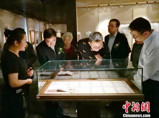 图为参观者欣赏中外名人礼札。 高展 摄