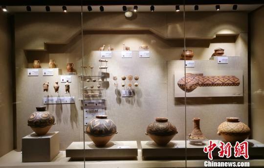 图为博物馆内展出的彩陶。 高展 摄