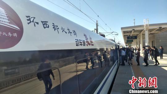 图为D4083/2次列车开行后抵达玉门站。 马勇强 摄