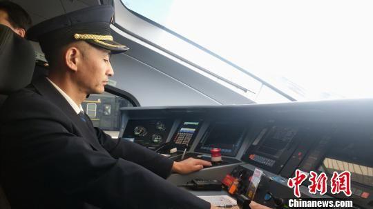 图为D4083/2次列车动车司机准备发车。 马勇强 摄