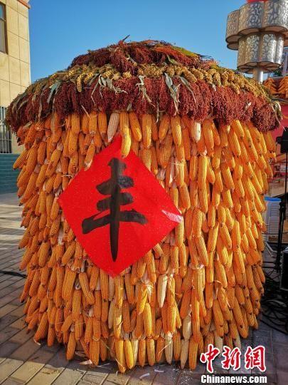图为丰收的玉米和高粱搭成的谷仓,预示着今年的丰收。 吴学珍 摄
