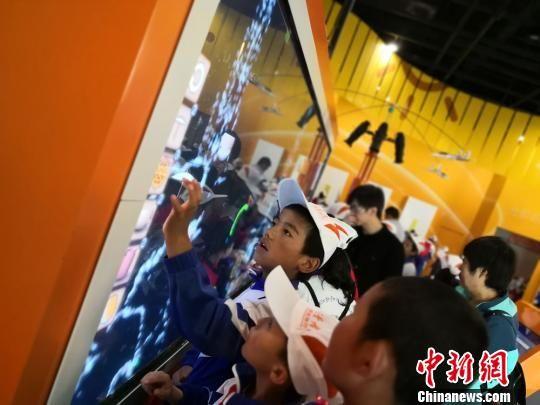 藏族学生们参观送体验机无需申请科技馆,他们对于科技小游戏十分感兴趣。 丁思 摄
