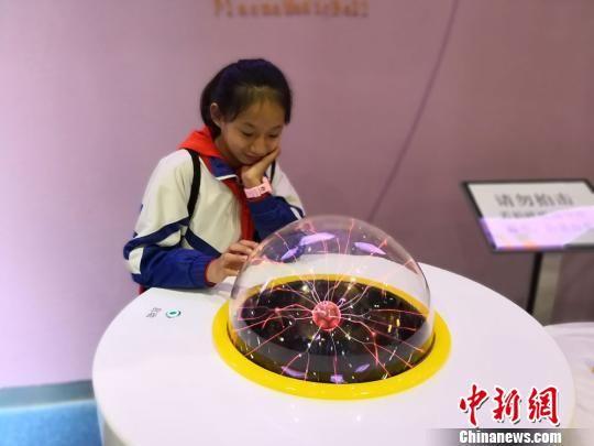 藏族学生们参观送体验机无需申请科技馆。 丁思 摄