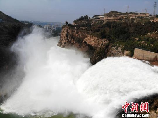 图为2018年9月11日,刘家峡水库遭遇30年来最大压力,24小时泄洪力降水位。 杨艳敏 摄